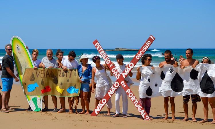 Cordão humano na Praia do Amado, Aljezur, em Agosto passado, contra a exploração de petróleo e gás natural (®PauloMarcelino)