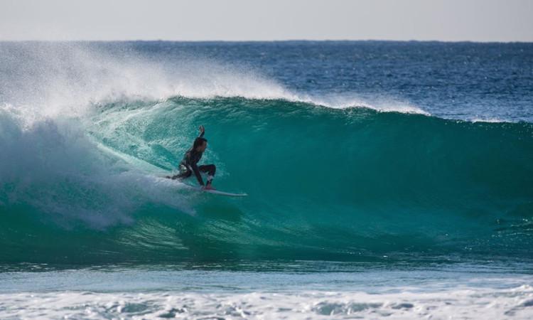 Surfista algarvio regressou este mês ao mar, após paragem forçada por lesão (®SaltyFrames)