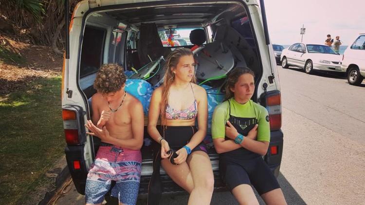 Concha Balsemão, ao centro, prepara-se para a primeira surfada na Gold Coast (®FortunatoJr)