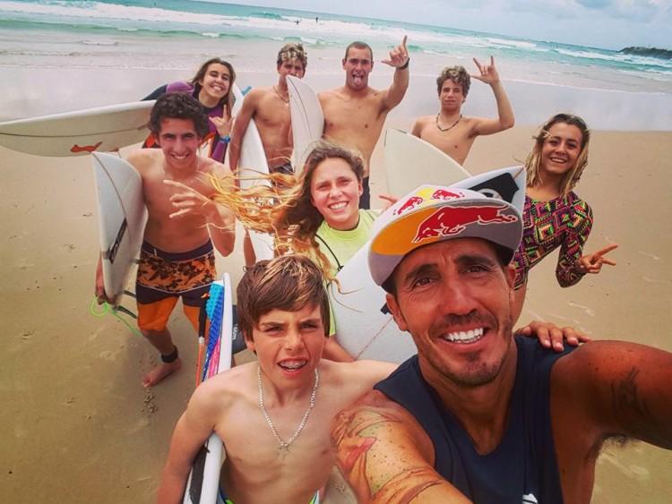 'Martim' Magalhães, à esquerda, de calções laranja e preto, numa 'selfie' com o grupo acolhido por Fortunato Jr (®DR)