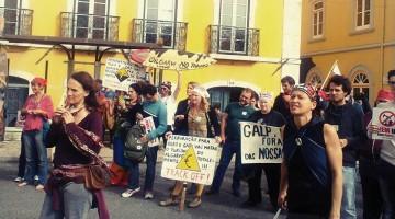 Manifestação junto ao Parlamento, ontem à tarde, contra a prospeção de petróleo (®PingalaHarim)