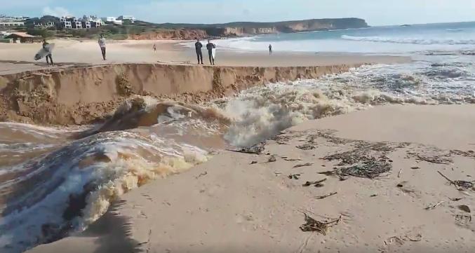 Lagoa do Martinhal rompeu e desaguou na praia, pelas 10h00 desta manhã (®screenshot/AlgarveCoastline)