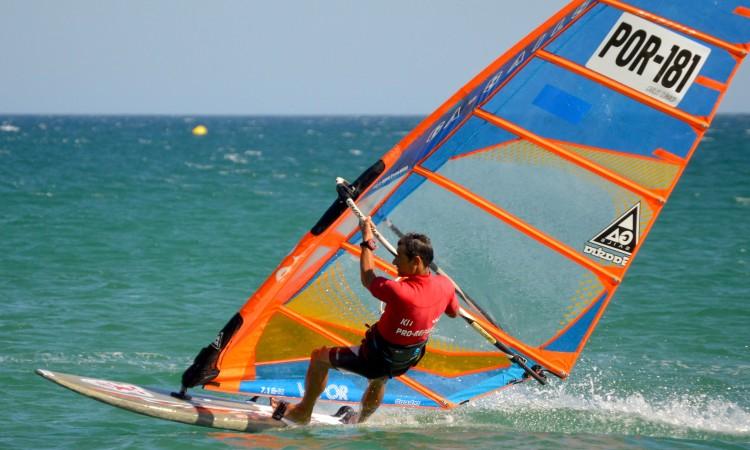 Carlos Clímaco tem 40 anos de windsurf. É atleta do Clube de Vela de Lagos (®PauloMarcelino/arquivo2016)