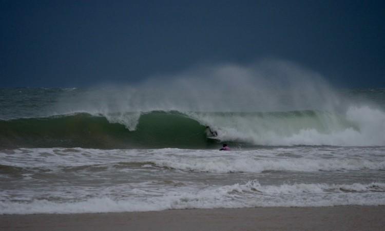 Apesar da chuva e do vento, o mar ofereceu ondas com boas oportunidades, este sábado, na Praia da Rocha (®PauloMarcelino)
