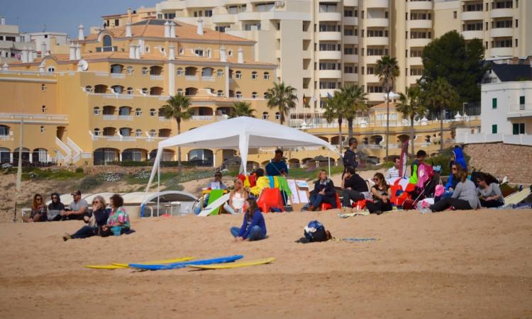 Pais acompanharam os filhos e passaram o dia na praia (®PauloMarcelino)