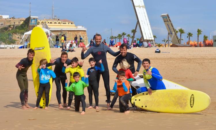 Seis iniciantes Sub-10 tiveram uma primeira experiência de competição e cada um foi acompanhado por um professor na água (®PauloMarcelino)