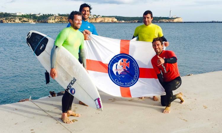 Finalistas Open com a bandeira do Clube Naval de Portimão (®FutureSurfingSchool)