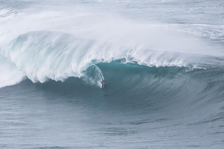 Uma das fotografias da sequência que valeu a João de Macedo uma nomeação para 'Tubo do Ano' nos Big Wave Awards WSL (®RuiSoares)