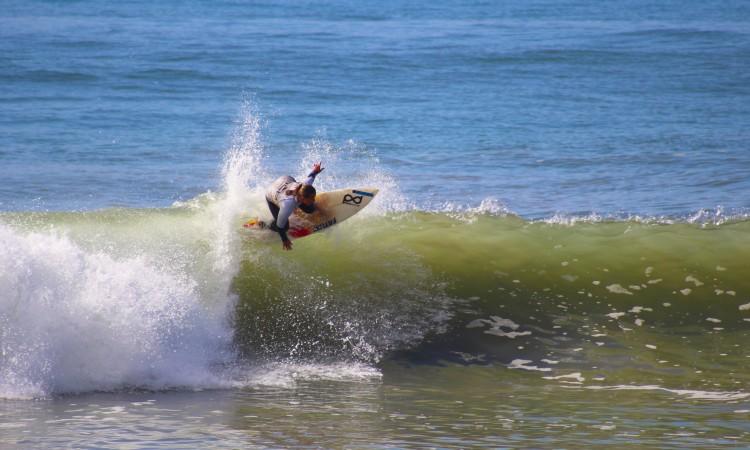 A surfista local Yolanda Hopkins está cada vez mais forte. Venceu o Open Feminino (®GianLucaSchneider)