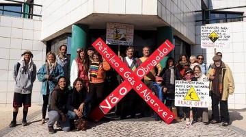 Manifestantes prometem permanecer todo o dia, sábado, junto à Escola de Hotelaria e Turismo do Algarve, em Faro (®PreservarAljezur)