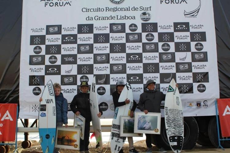 Algarvio João Mendonça, segundo a contar da esquerda, no pódio Sub-14 da etapa regional da Grande Lisboa (®FPS/ASCC)