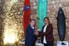 Alex Botelho com o autarca Walter Chicharro. Atrás, a prancha verde doada pelo algarvio, da marca algarvia Ferox Surfboards (®DR)