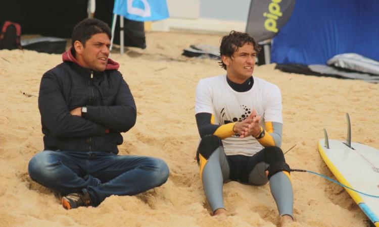 Isaac Felizardo, na imagem com o treinador Bruno Freitas; venceu em Faro e está em boa condição para revalidar o título regional longboard (®GianLucaSchneider)