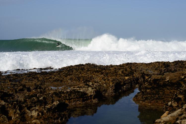 Fotografia épica de Tiago Pires na Ericeira, publicada na Surfer Magazine (®JoaoBracourt)