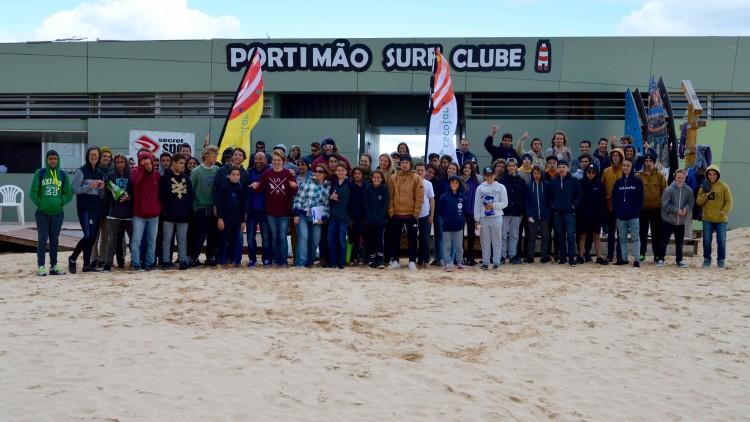 Seis dezenas de alunos do ensino básico de Quarteira, Armação de Pêra, Portimão, Lagos e Aljezur desafiaram o frio na Praia da Rocha (®PauloMarcelino)