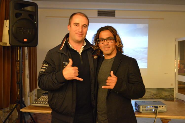 Surfista com o presidente da Câmara de Vila do Bispo, Adelino Soares, na ante-estreia do filme 'Algarve', em 2014, em Sagres (®PauloMarcelino/arquivo)