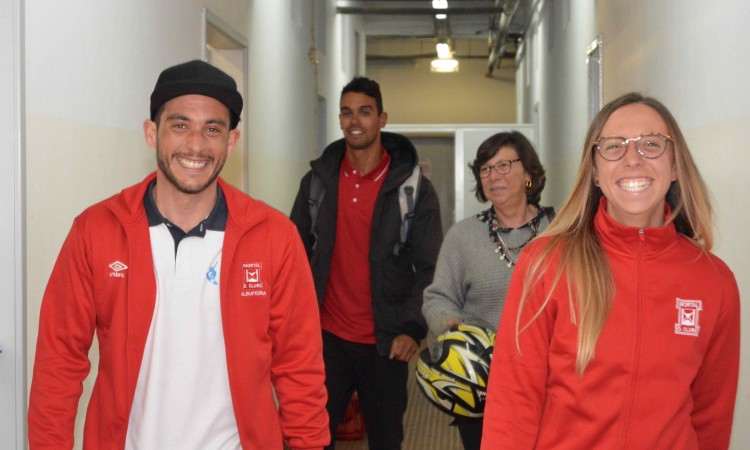 Filipe Costa e Inês Pascoal, em primeiro plano, e Paulo Almeida e Luísa Pascoal sob as bancadas do Estádio Municipal de Albufeira (®PauloMarcelino)