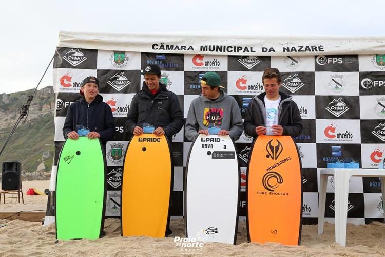 Rafael Cabral, com prancha verde, no 2º lugar do pódio Sub-16 na Nazaré. Algarvio também fez 7º lugar Sub-18 (®PraiaDoNorte)