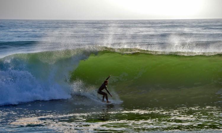 'Swell' de Oeste tem produzido boas ondas esta semana na Praia de Faro, como a da imagem, registada ontem, quinta-feira (®LuísGamito)