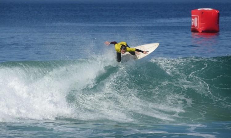 Diogo Pereira em ação na Caparica. Algarvio perdeu nas meias-finais Surf Iniciados (®IsabelleDeWaelePereira)