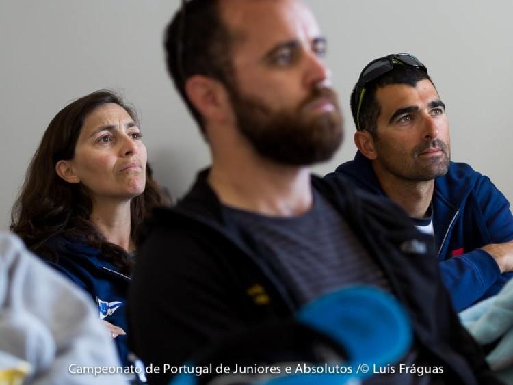 Reunião de delegados e treinadores antes da primeira saída para o mar, esta manhã. Ingrid Braga Fortunato e Rui Raimundo, do Clube de Vela de Lagos, a maior comitiva algarvia no campeonato (®LuisFraguas/CVVC)