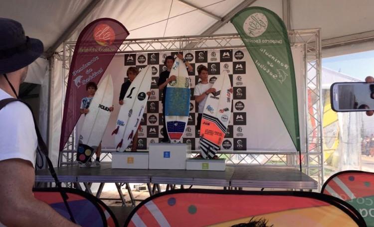 Algarvios Henrique Gomes, segundo a contar da esquerda; e Tomás Nunes, à direita, no pódio Surf Infantis do Encontro Nacional de Surf do Desporto Escolar, esta tarde, na Costa de Caparica (®PedroNunes)