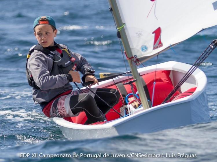 William Risselin, ontem, venceu uma regata e fez 2º noutra. Só não está melhor na geral devido a uma largada irregular (®LuisFraguas/CNS)