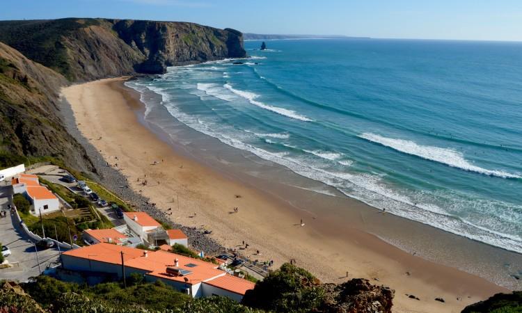 Praia da Arrifana, em Aljezur, é o 'main spot' para a última etapa do Regional de Surf do Sul, dias 6 e 7 de maio (®PauloMarcelino/arquivo)