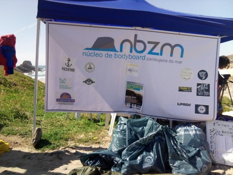 Bodyboarders realizaram uma ação de limpeza na Praia da Zambujeira do Mar (®NBZM)