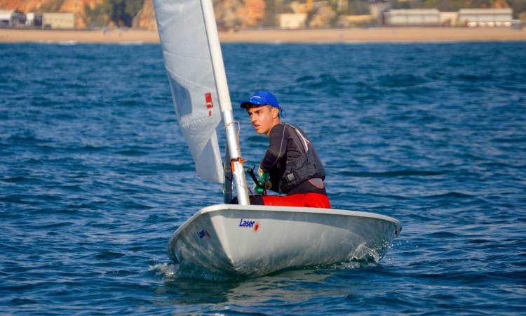 João Vargues fez 4º geral Laser 4.7, a maior frota no campeonato, equivalente a 3º lugar Masculino Júnior na Classe (®PauloMarcelino/arquivo/Nov2016)