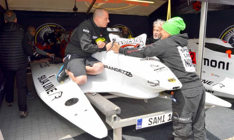 Mecânicos da Mad Croc Baba Racing trabalham no monologar de Sami Selio, 'pode position' na edição de 2016 (®PauloMarcelino)