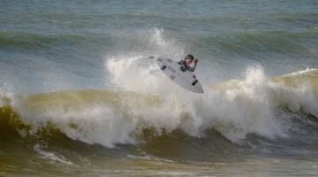 Martim Magalhães numa sessão de surf livre na Praia da Rocha, em janeiro de 2017 (®PauloMarcelino/arquivo)