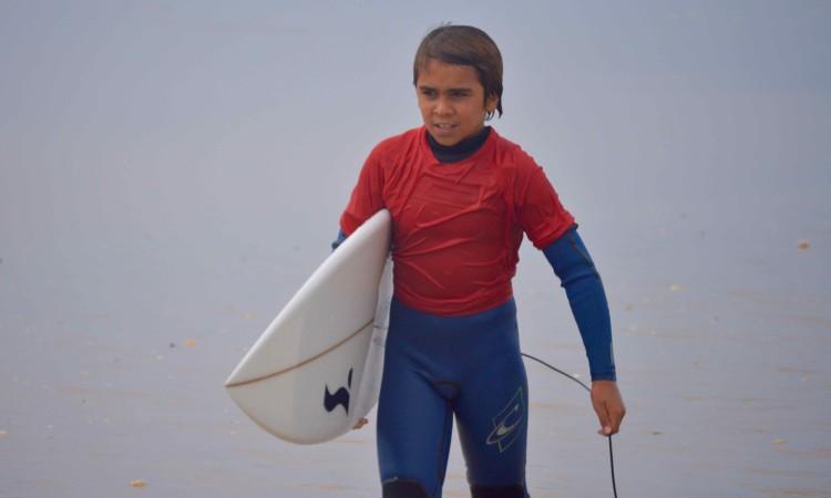Henrique 'Piki' Gomes evoluiu muito este ano e pode causar sensação em Surf Infantil na Caparica (®PauloMarcelino/arquivo)