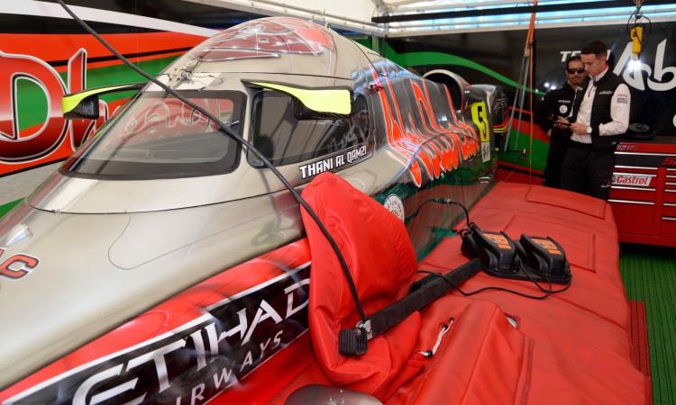 Afinações num dos monologares dentro da tenda Abu Dhabi Team (®PauloMarcelino)