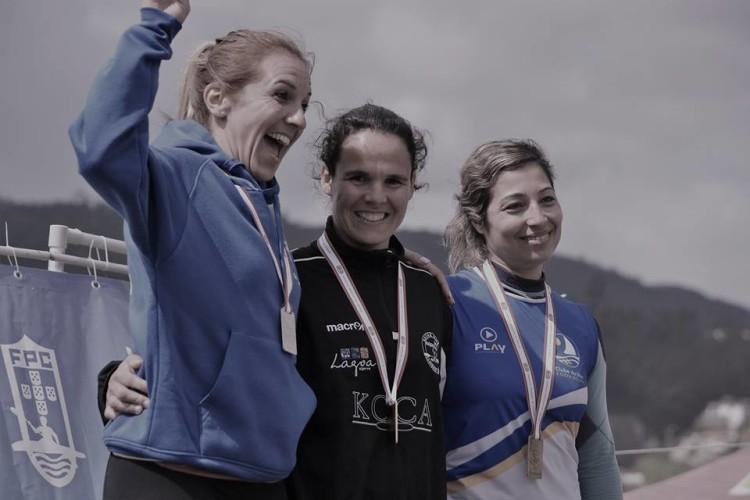 Ana Bebiano, de preto, no 1º lugar do pódio K1 Veterano A Feminino em Melres. Algarvia do Kayak Clube Castores do Arade sagrou-se Campeã Nacional de Canoagem de Fundo (®DR)