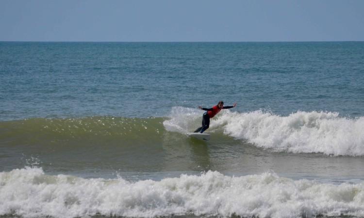Inês Martins é Bicampeã Nacional Universitária de Surf (2014 e 2017). Na imagem, a surfista na (sua) Praia de Faro, em abril, quando venceu o Open Feminino na 3ª etapa do circuito regional do Sul (®PauloMarcelino/arquivo)