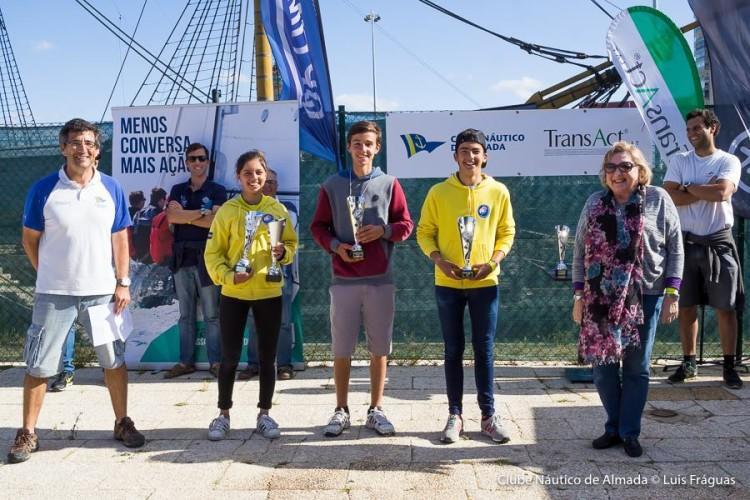 Beatriz Gago (1º) e Rodrigo Dias (3º), ambos de amarelo, no pódio Juvenil em Almada (®CNA)