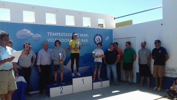 Pódio Optimist Juvenil em Tavira: Beatriz Gago, 1º geral e Feminino; Miguel Sancho 2º e Guilherme Cavaco 3º (®DR)