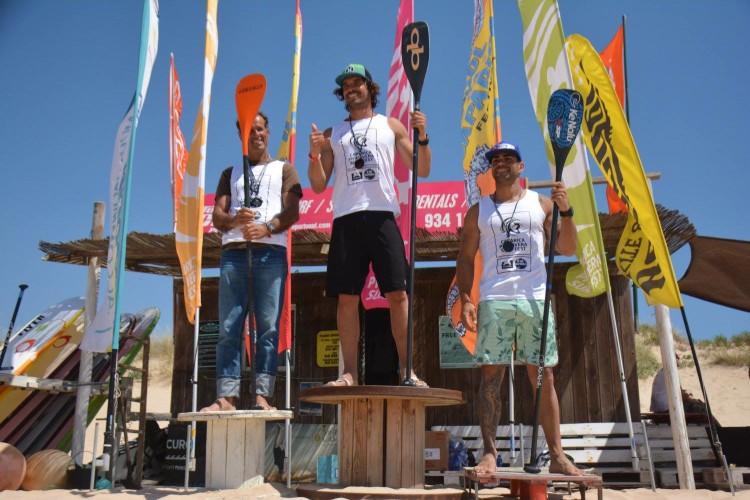 Algarvio Tiago Dinis, à direita, no 3º lugar do pódio Race Técnico 14´na 2ª Etapa do Circuito Nacional SUP 2017, na Caparica (®Windriders/DianaGil)