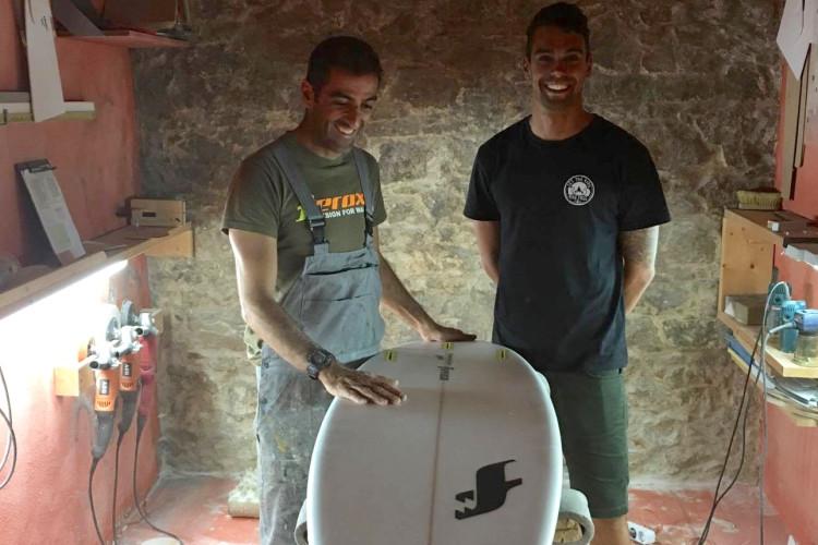 'Shaper' Octávio Lourenço com o surfista Paulo Almeida e o modelo P Evolution (®DR)