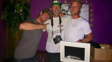 Surfistas Gony Zubizarreta e Marlon Lipke com o fotógrafo João 'Brek' Bracourt, ontem à noite, no Mellow Loco Bar (®DR)