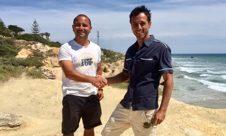 João Xufre, presidente do Albufeira Surf Clube, à esquerda, sela a parceria com o Paddle Out For Nature com um aperto de mão a Francisco Alvo (®PauloMarcelino)