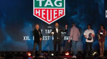 Francisco Porcella recebe o prémio Maior Onda Surfada, na gala da WSL em Huntington Beach, EUA, sábado à noite (®WSL/AdrianWlodarczyk)