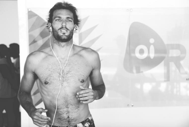 Frederico Morais fez tremer Julian Wilson. O português perdeu com a melhor onda do duelo, um 9,20 pontos (®WSL/Poullenot/Aquashot)