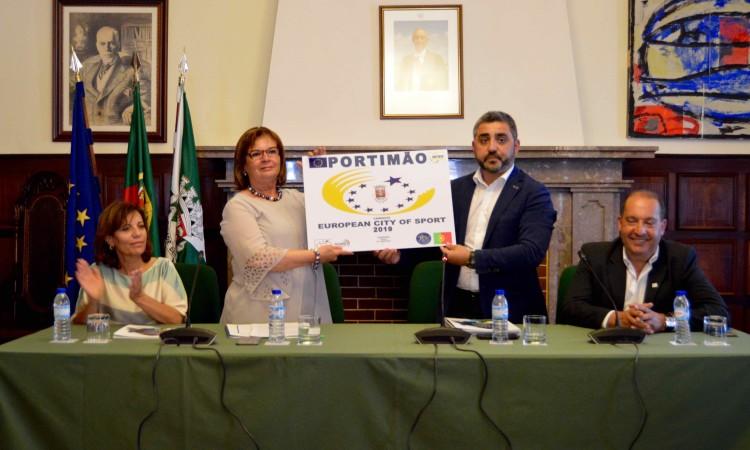 Candidatura formalizada. Na mesa, da esquerda: Ana Fazenda, vereadora do Desporto; Isilda Gomes, presidente da Câmara de Portimão; Nuno Santos, presidente ACES Portugal; e Custódio Moreno, diretor regional IPDJ Algarve (®PauloMarcelino)