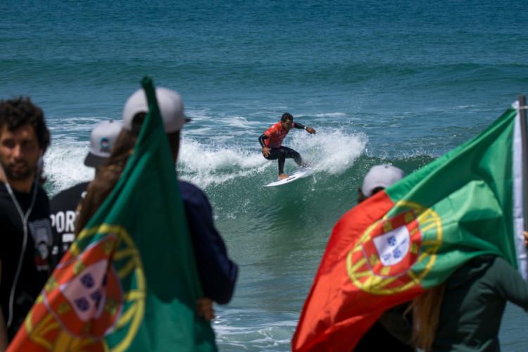 Pedro Henrique carrega a bandeira de Portugal no Mundial de Surf por Equipas. Está nas meias-finais e é o único português ainda em prova (®SeanEvans/ISA)