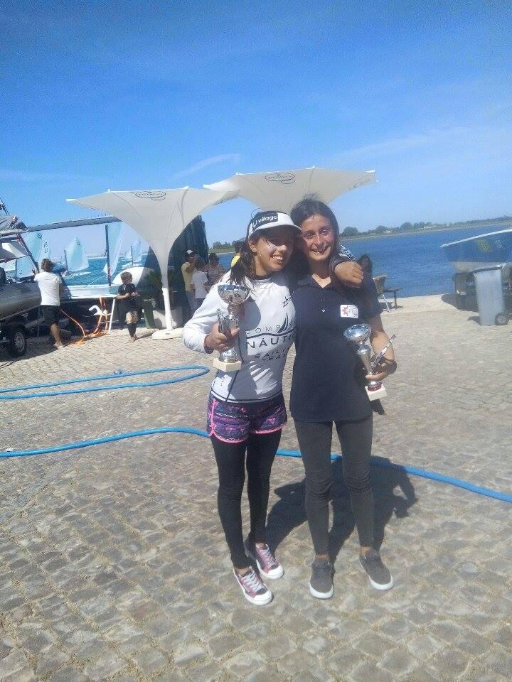 Vencedoras Feminino Beatriz Gago, 2ª geral Optimist Juvenis, à esquerda, e Daniela Miranda, 1º geral Laser 4.7 (®DR)