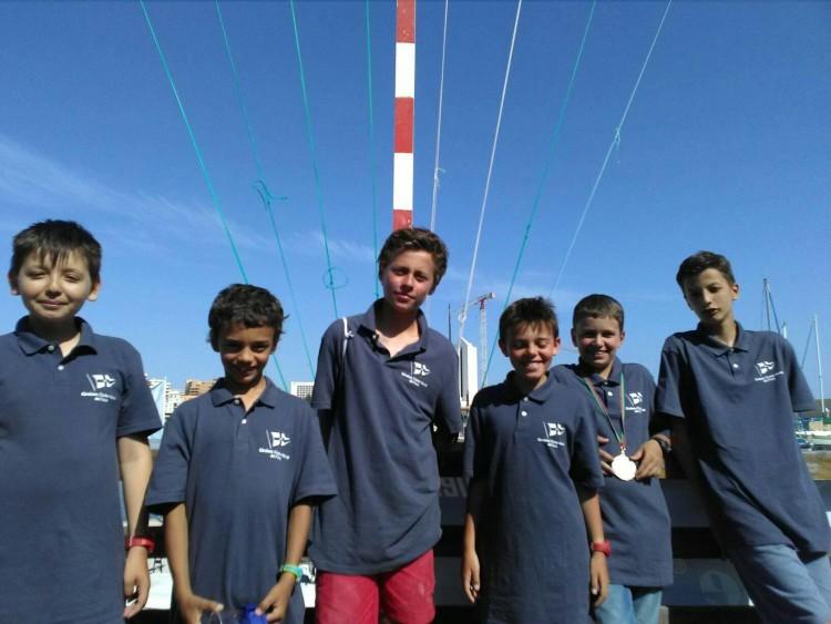 Atletas da Escola de Vela GNCFaro no campeonato em Tavira, entre eles Miguel Lourenço, o novo Campeão Regional de Iniciados (®DR)