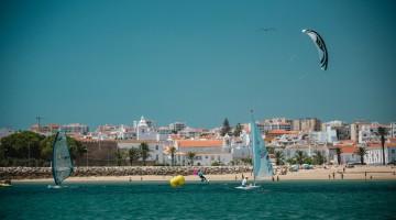 Maratona náutica é feita por equipas em quatro modalidades: Kitesurf, SUP, Windsurf e Vela (®DR)