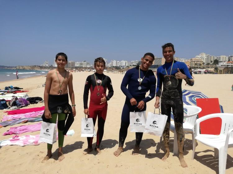 Finalistas Masculino do encontro regional de iniciantes de surf do desporto escolar no Algarve, na Praia da Rocha, Portimão (®DR)